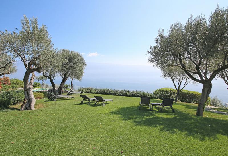 Agriturismo Comomeer en Gardameer Agriturismo Gardameer, uitzicht op het meer en golfbaan